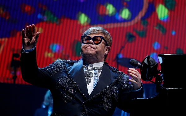 Elton John's farewell tour is so breezy, it hardly feels like goodbye
