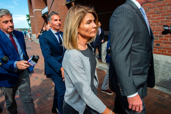 Lori Loughlin wants FBI reports in college admissions scandal